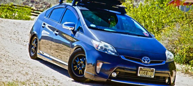 Yakima SkyBox 16 Carbonite on a 3rd gen Prius